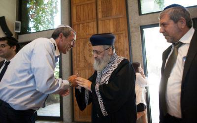 Le grand rabbin de Tsahal d'alors, le général de brigade Rafi Peretz, à gauche, avec le grand rabbin séfarade Yitzhak Yossef, le 31 octobre 2013. (Crédit : Yonatan Sindel/Flash90)