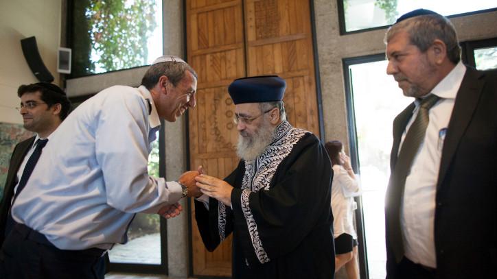 Une photo du chef de Tsahal Rabbi Brig. Gen. Rafi Peretz, à gauche, avec le rabbin séfarade Yitzhach Yossef le 31 octobre 2013 (Crédit : Yonatan Sindel / flash 90)