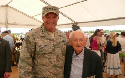 Jacques Prelman et le général en chef des forces armées de l'OTAN - 6 juin 2014 (Crédit : ambassade de France)