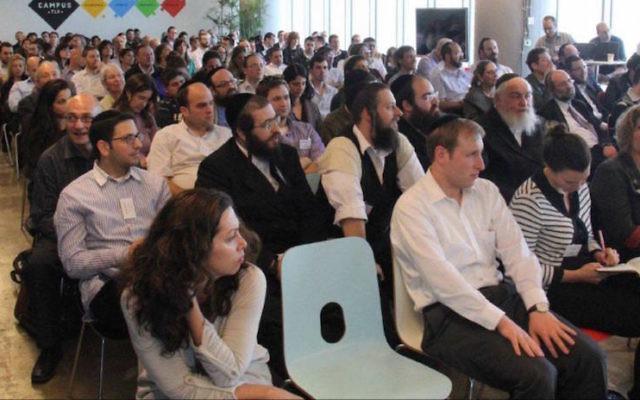 Des entrepreneurs haredim et laïcs assistent au forum de high-tech Kamatech. (Crédit : Courtoisie)