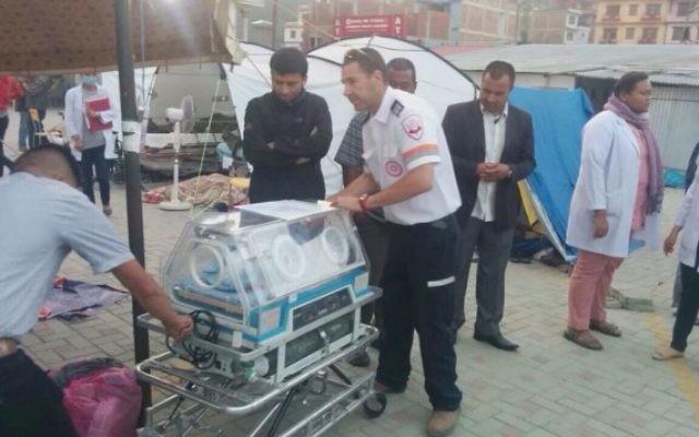Une équipe du Magen David Adom au Népal prend soin de l'un des quatre bébés israéliens né de mère porteuse avant de prendre un vol Turkish Airlines  (Crédit : Magen David Adom)