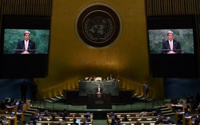 Le secrétaire d'Etat américain John Kerry devant la Conférence d'examen de 2015 des Parties au Traité sur la non-prolifération des armes nucléaires (TNP) à l'Assemblée générale des Nations Unies le 27 avril 2015 à New York. (Crédit photo: AFP Photo / Timothy A. Clary)