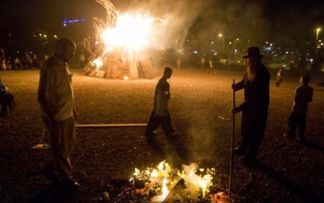 Des Juifs près d'un grand feu de camp lors des célébrations de la fête juive de Lag BaOmer, à Jérusalem, le 6 mai 2015. (Crédit photo: Yonatan Sindel / Flash90)