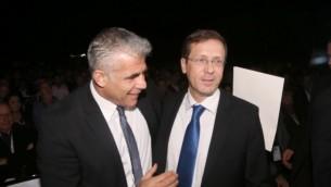 Le président du parti Yesh Atid, Yair Lapid (à gauche), et le chef de l'Union sioniste, Isaac Herzog, le 24 décembre  2014. (Crédit : Flash90)