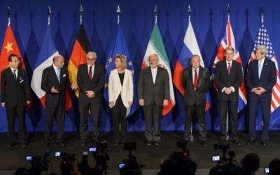 Les représentants des puissances mondiales et de l'Iran posant avant l'annonce d'un accord sur pourparlers nucléaires de l'Iran à Lausanne  le 2 avril 2015. (AFP / FABRICE COFFRINI)