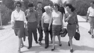 David Ben Gurion entouré de certains des prisonniers libérés le 1er Janvier 1967 (Crédit : GPO / Archives de Tsahal/ministère de la Défense)
