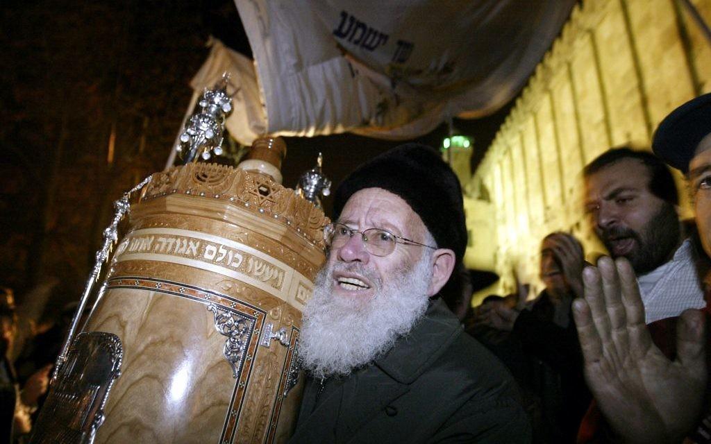Rav Moshe Levinger au Caveau des patriarches à Hébron, le 3 décembre 2003 (Crédit : Flash90)