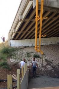 Préparation du 'Point de Rencontre' sous un pont de Jérusalem (Jessica Steinberg/Times of Israel)