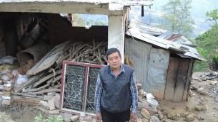 La famille de Druga Shastanbalame est sortie indemne du tremblement de terre de samedi, mais une partie de sa maison s'effondrée sur son bétail, effaçant  son gagne-pain. Jeudi 30 avril, 2015. (Crédit photo:. Melanie Lidman / Times of Israel)