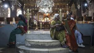 Des pèlerins chrétiens dans l'Eglise de la Nativité, à Bethléem, le 21 mai 2014. (Crédit photo: Hadas Parush / Flash90)