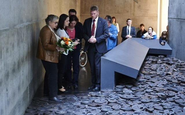 Nechama Rivlin, épouse du président Reuven Rivlin, rend hommage à Menashe Kadishman au musée juif de Berlin, mardi 12 mai 2015. (Crédit : Musée juif de Berlin)