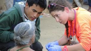 Des paramédicaux d'Isralife et un traducteur local examinent une femme se plaignant de douleurs à la poitrine le jeudi 30 avril 2015. (Crédit photo: Melanie Lidman / Times of Israel)