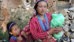 Une femme et sa fille dans le village de Kagatiguam dans les environs de Katmandou, le jeudi 30 avril 2015 (Crédit photo: Melanie Lidman / Times of Israel)