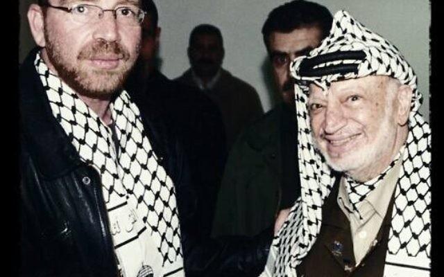 Omar Shalabi et Yasser Arafat (Crédit : Facebook)