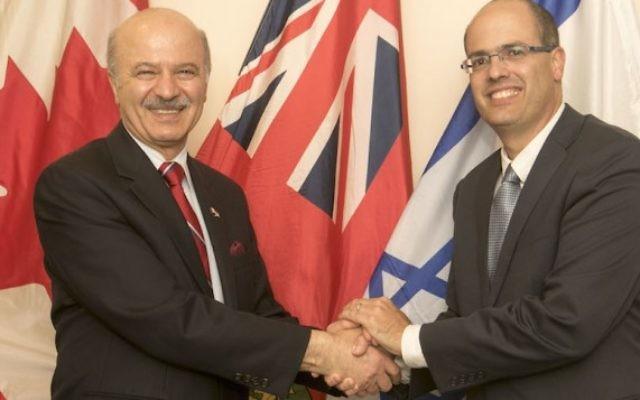 Le ministre e la Recherche et de l'Innovation Reza Moridi de l'Ontario (à gauche), avec le scientifique en chef israélien Avi Hasson, le 10 mai 2015 (Crédit : Yossi Aloni)