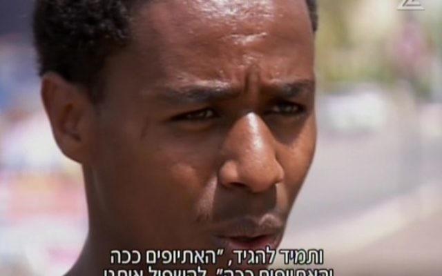 Damas Pakada, le soldat de Tsahal d'origine éthiopienne qui a été agressé  par des policiers à Holon, le dimanche 27 avril 2015. (Capture d'écran: Deuxième chaîne)