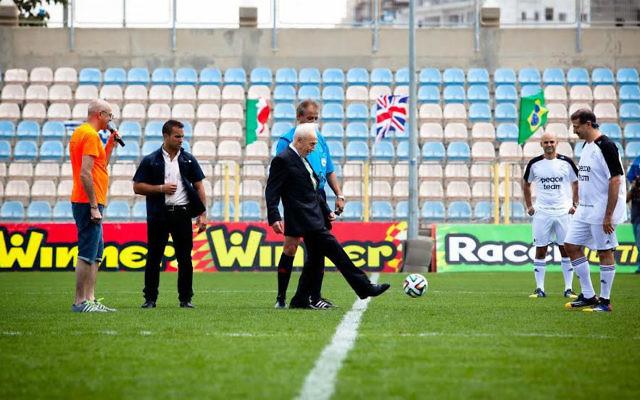 Shimon Peres avec l'équipe des Ambassadeurs de la Paix (Crédit : le Centre Peres pour la Paix)