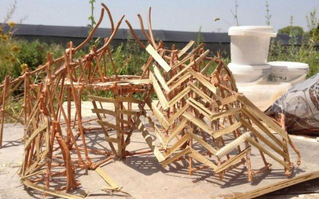 Le modèle du Temple 1, une spirale d'énergie et de feu qui va attirer Midburners pendant le festival de cinq jours (Crédit : Jessica Steinberg / Times of Israël)