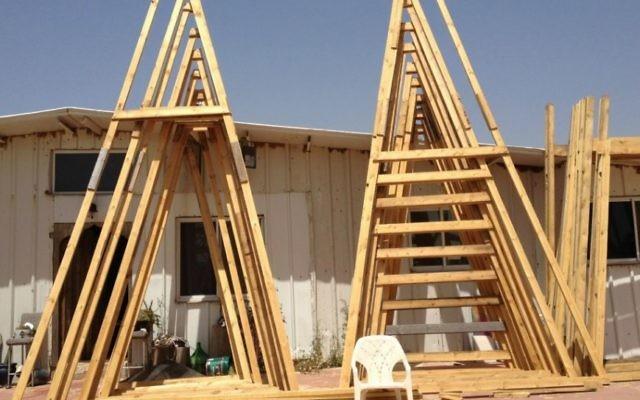 Des piles de deux-par-quatre pattes prêt et en attente d'être utilisées pour la construction du Temple 1 (Crédit : Jessica Steinberg / Times of Israël)