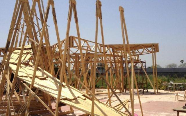 Les premières étapes du Temple 1, l'installation centrale construite par Itamar Polege et Lior Peleg pour Midburn de cette année (Crédit : Jessica Steinberg / Times of Israël)