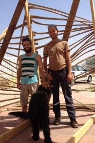 Lior Peleg (à gauche) et Itamar Paloge, créateurs de Temple 1 pour Midburn 2015 (Crédit : Jessica Steinberg / Times of Israël)