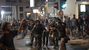 La police arrête un Israélien d'origine éthiopienne lors d'une manifestation contre la brutalité de la police sur la Place Rabin de Tel-Aviv, le dimanche 3 mai 2015 (Crédit photo: Judah Ari Gross / Times of Israel)