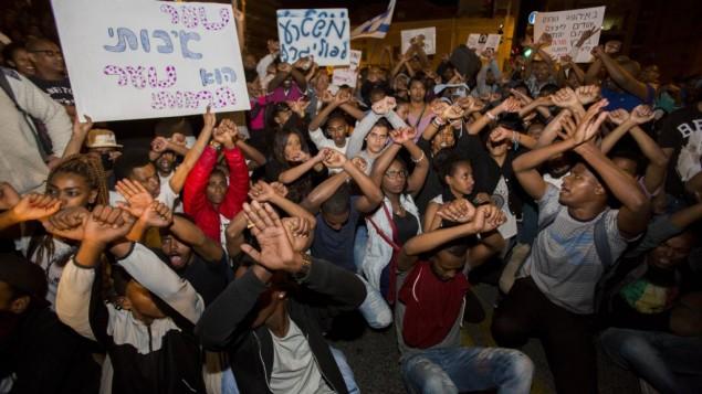 Des centaines d'Ethiopiens israéliens lors d'une manifestation anti-racisme à Jérusalem, le 30 avril 2015. (Crédit : Yonatan SIndel/Flash90)