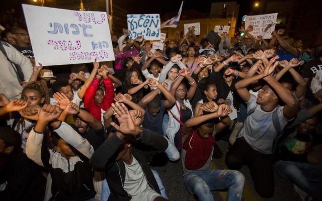 Des centaines d'Israéliens éthiopiens pendant une manifestation anti-racisme à Jérusalem, le 30 avril 2015. (Crédit : Yonatan SIndel/Flash90)