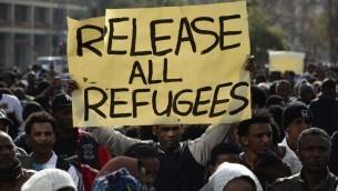 Des milliers de demandeurs d'asile en provenance d'Erythrée et du Soudan protestent contre la négligence du gouvernement israélien pour examiner les demandes d'asile, contre la politique gouvernementale de détention, lors d'une manifestation sur la Place Rabin, au centre de Tel Aviv, le 5 janvier 2013. (Tomer Neuberg / FLASH90)