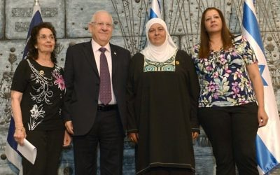 Reuven Rivlin reçoit des familles de donneurs d'organes à sa résidence de Jérusalem.