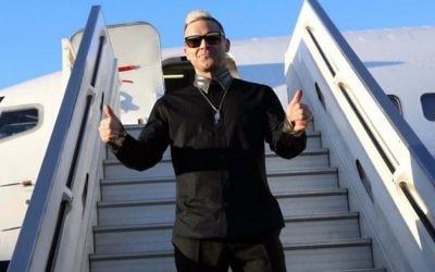La pop star britannique Robbie Williams arrive à l'aéroport Ben Gurion, le 30 avril 2015 (Crédit : relations publiques / Sivan Faraj)