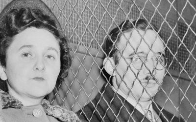 Julius et Ethel Rosenberg derrière une importante grille métallique, après avoir été jugés coupables. (Crédit : Domaine public/Wikimedia)