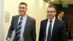 Le ministre de l'Intérieur d'alors Gideon Saar (à  gauche), et le ministre des Communication d'alors Gilad Erdan arrivant à la réunion hebdomadaire du cabinet à Jérusalem le 6 avril 2014 (Amit Shabi / Pool / Flash90)