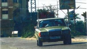 Une voiture passe devant une affiche de l'organisation chiite dans la bande de Gaza