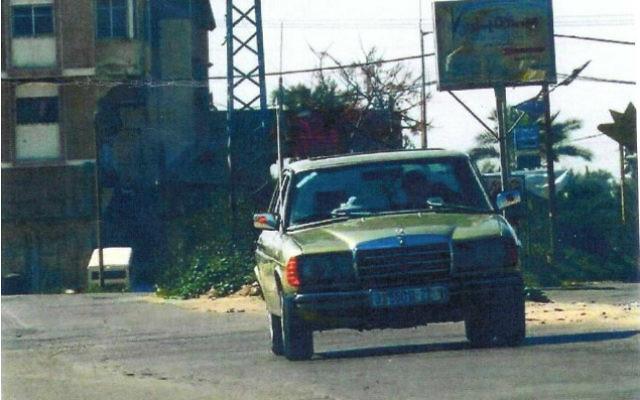 Une voiture passe devant une affiche de l'organisation chiite dans la bande de Gaza. Photo illustrative