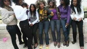 Photo illustrative. Des adolescentes israéliennes d'origine éthiopienne prennent part aux célébrations de la fête du Sigd sur une colline donnant sur Jérusalem le 8 novembre, 2007. (Crédit photo: Maya Levin / Flash90)