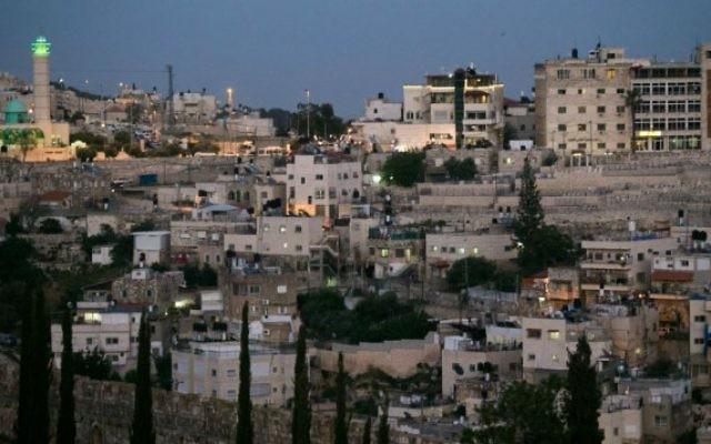 Vue sur le quartier de Silwan, à Jérusalem Est, à proximité de la Vieille Ville de Jérusalem, le 29 avril 2015. (Crédit : Nati Shohat/Flash90)