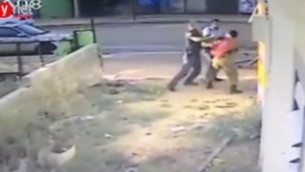 Des images de la vidéo montrant des policiers rouant de coups un soldat d'origine éthiopienne, Damas Pakada, qui a affirmé avoir été la cible d'une attaque raciste. (Crédit : capture d'écran YouTube)