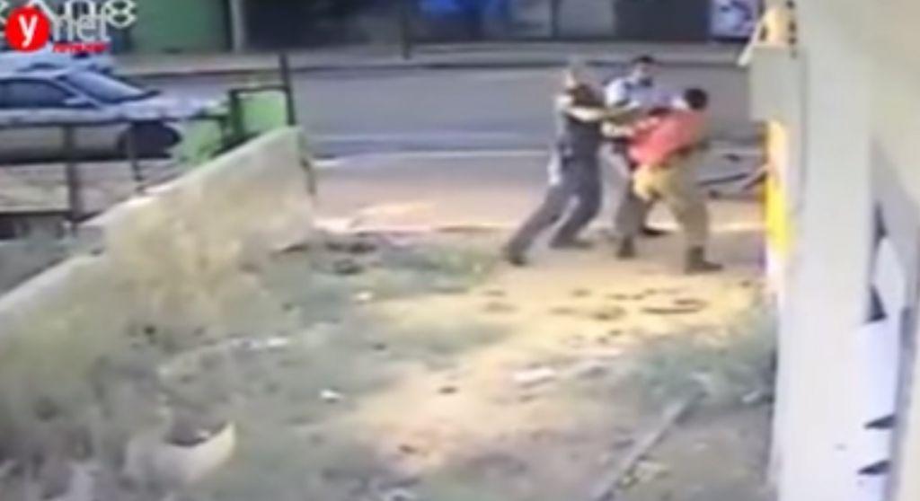 Des images de la vidéo montrant des policiers rouant de coups un soldat d'origine éthiopienne, Damas Pakada, qui a affirmé avoir été la cible d'une attaque raciste, en mai 2015. (Crédit : capture d'écran YouTube)