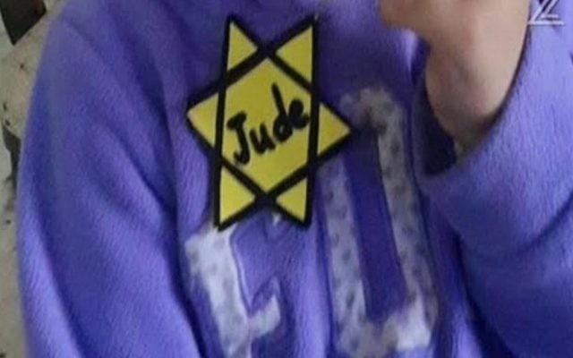 Une enfant de 3 ans est rentrée chez elle de la garderie un jour avant la Journée de commémoration de l'Holocauste portant une étoile jaune (Crédit : Capture d'écran Deuxième chaîne)