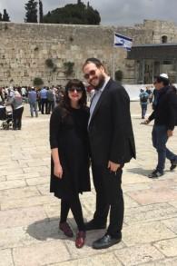 Rabbi Yaakov et Mushkee Raskin au Mur occidental lors d'une visite en Israël en mai 2015 (Crédit : Autorisation)