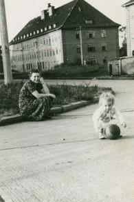Dina Lichtman joue au camp de Bergen-Belsen tandis que sa mère Bella Cypris regarde en 1949 (Crédit : Autorisation de Dina Lichtman)