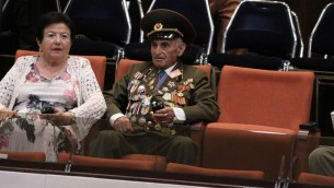 Un vétéran qui a combattu pendant la Seconde Guerre mondiale se trouve à la Knesset pendant une session  marquant le 70e anniversaire de la victoire contre l'Allemagne nazie (Crédit photo: Knesset)