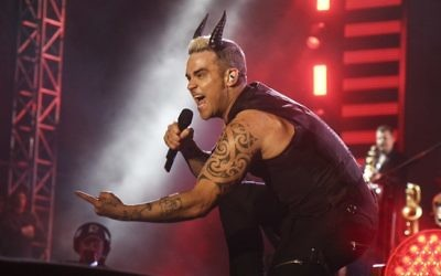Le chanteur britannique Robbie Williams se produit à Tel Aviv devant 40 000 fans le 2 mai 2015. (Crédit : Flash90)