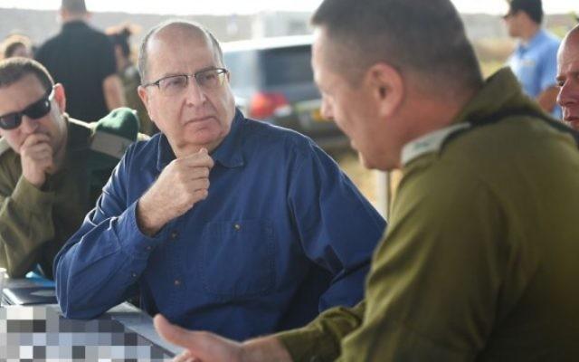 Le ministre de la Défense, Moshe Yaalon, pendant un exercice d'entraînement, le 7 mai 2015 (Crédit photo: Diana Hananshvili / Ministère de la Défense)