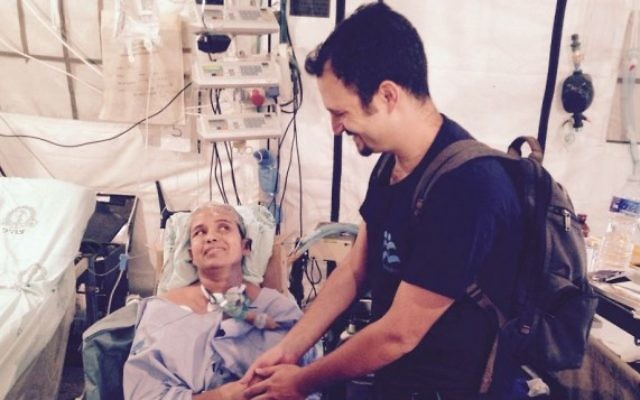 La survivante Krishna Devi Khadka rencontre le chef de mission d'IsraAID,  Yotam Polizer  (Crédit : IsraAID)