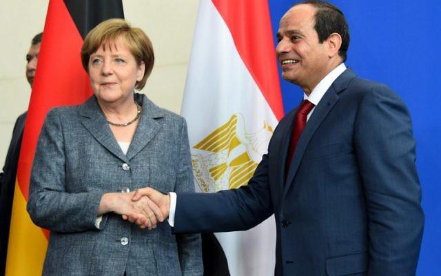 La chancelière allemande Angela Merkel et le président égyptien Abdel Fattah al-Sisi se serrent la main après une conférence de presse le 3 juin 2015 à la Chancellerie à Berlin (Crédit : AFP PHOTO / TOBIAS SCHWARZ)