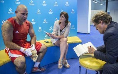 Une photo prise le 18 Juin 2015 montre le boxeur d'Israël Abdala Kadan (g) parler lors d'une interview avec l'AFP aux jeux européens de 2015 à Bakou. (Crédit : AFP PHOTO / JACK GUEZ)