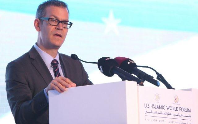 Le conseiller à la sécurité nationale des États-Unis, Colin Kahl, prononce un discours lors d'une table ronde dans le cadre d'un Forum mondial le 1er juin 2015 dans le capitale qatarie, Doha (Crédit : AFP PHOTO / STR)
