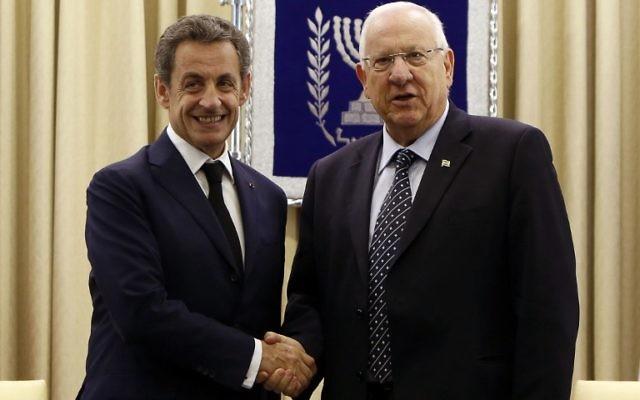 """Le président israélien Reuven Rivlin serre la main de l'ancien président français et le chef du principal parti d'opposition de droite de la France """"Les Républicains"""", Nicolas Sarkozy (à gauche) le 8 juin 2015 lors d'une réunion à la résidence présidentielle à Jérusalem (Crédit : AFP PHOTO / GALI TIBBON)"""